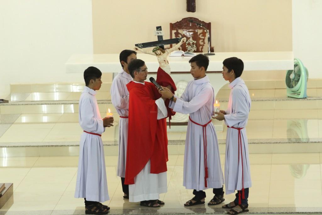 Nghi thức chiều Thứ Sáu Tuần Thánh tại giáo xứ Đất Đỏ
