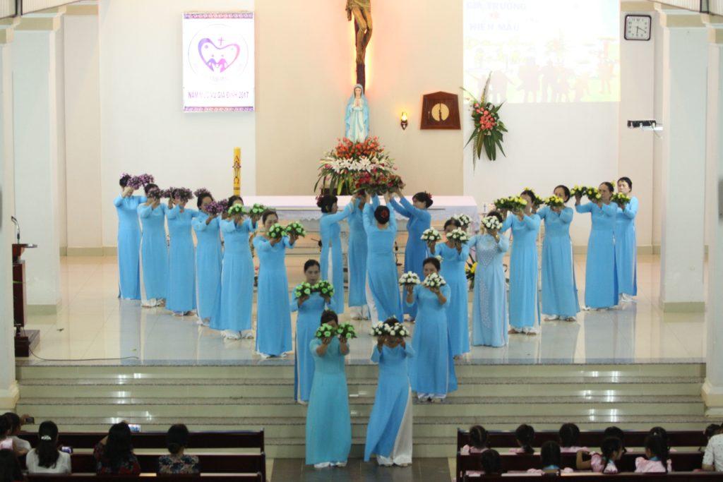 Giới Gia trưởng và Hiền mẫu Giáo xứ Đất Đỏ dâng hoa tôn kính Đức Mẹ
