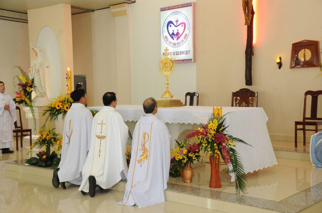 Giáo xứ Đất Đỏ: Chầu Thánh Thể thay Giáo phận và Thánh lễ Bổn mạng Đoàn Thiếu Nhi Thánh Thể